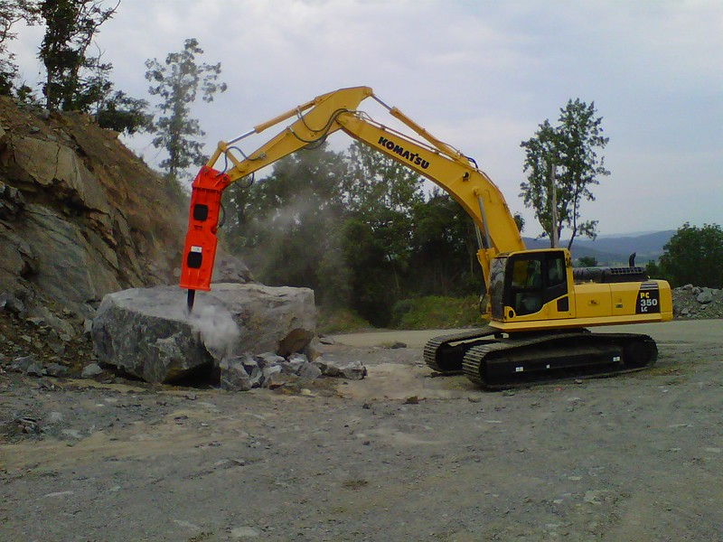 NPK GH18 hydraulic hammer on Komatsu excavator at Rish (5).jpg