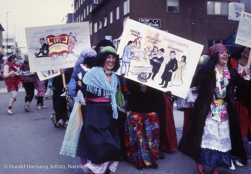 Vinterfestuka, gateløp i Dronningens gate. På bildet ansatte i Kreditkassen. Åsmund Andersson, illustratør, hadde laget plakatene.