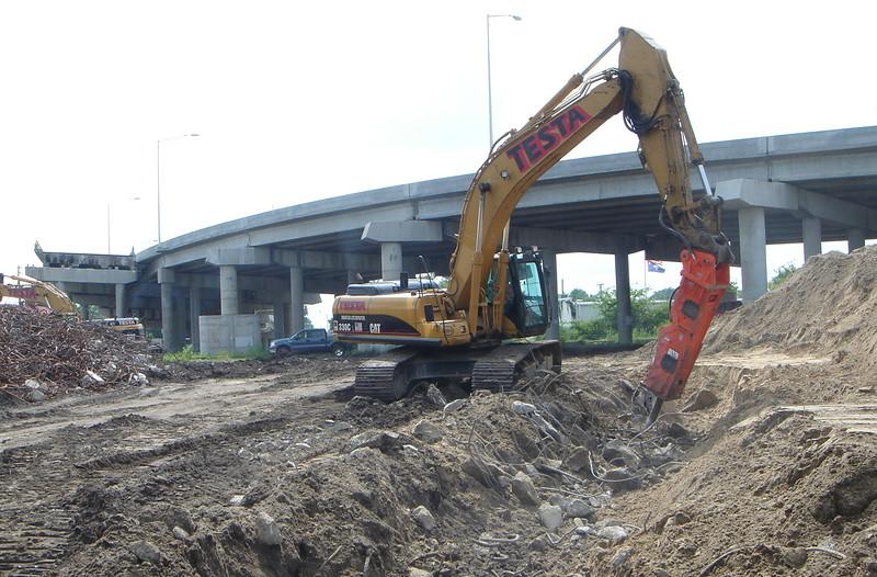 NPK GH15 hydraulic hammer on Testa excavator (3).JPG