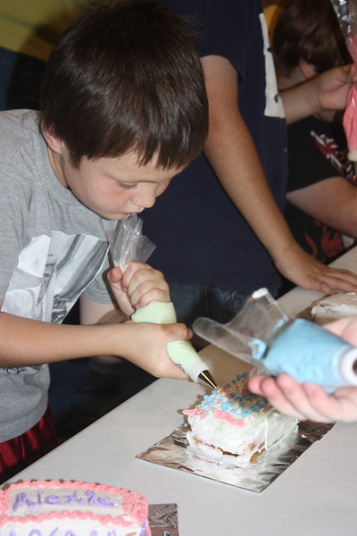 Mid-Week Adventures - Cake Decorating -  6-8-2011 140.JPG