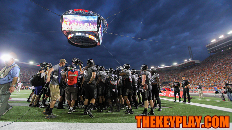 The Hokies huddle up one more time before heading back to the locker rooms. (Mark Umansky/TheKeyPlay.com)