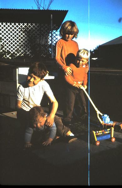 1972-5-27 (37) Allen 1 yr,  David 8 yrs 5 mths, Andrew 3 yrs 9 mths, Susan 6 yrs 10 mths.JPG