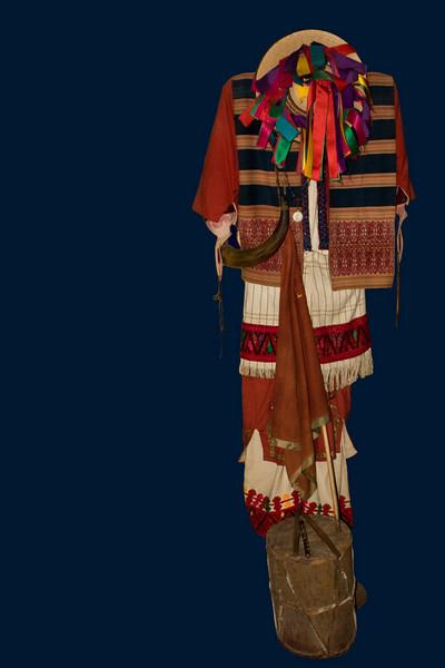 Costume traditionnel de  TENEJAPAHomme,  costume de carnaval richement brodé avec accessoires : corne et tambour. Chapeau à rubans multicolores