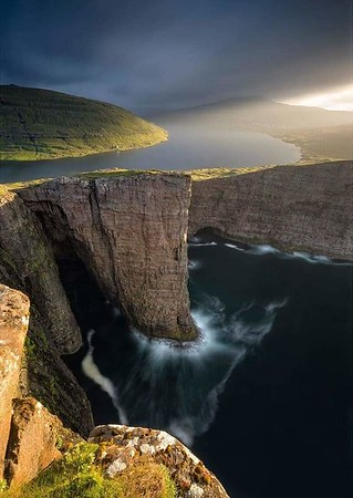 Lake Sorvagsvatn, Faroe Islands, 30m above the ocean... 😍