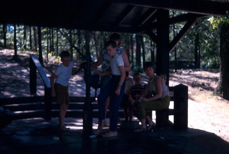 0198 - Mom, Jeannette, Ted, Mark, Todd, Linda, Mike (9-69).jpg