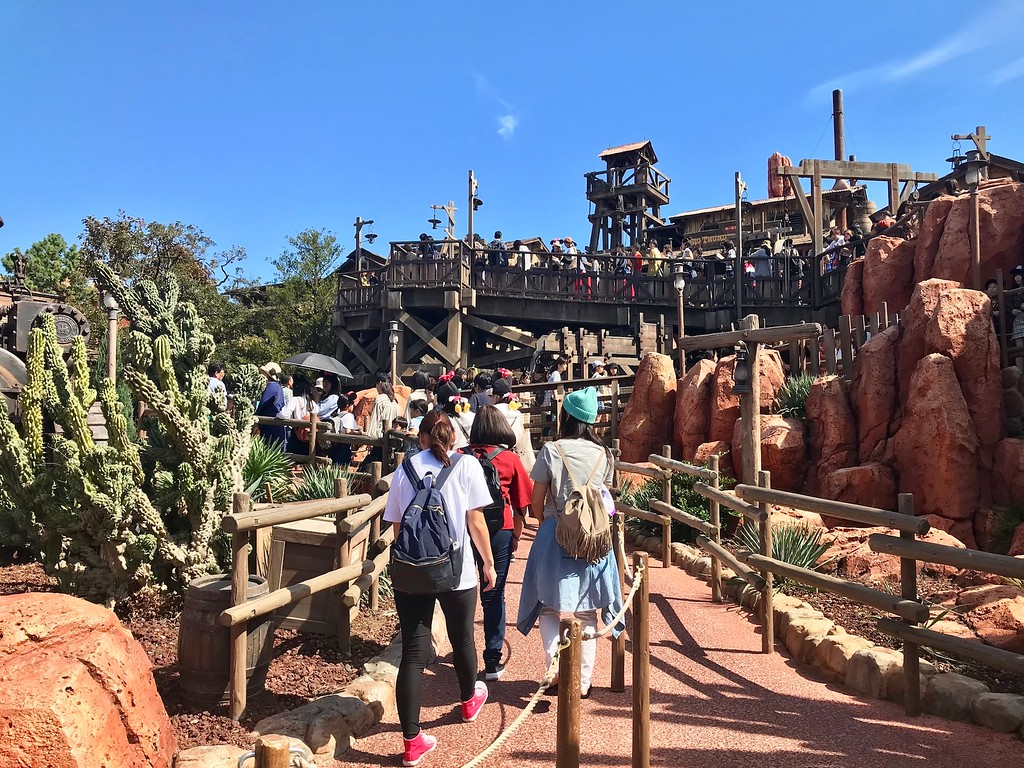 The left lane shows the queue in the 'standby' (i.e. non-FastPass) lane for the Big Thunder Mountain ride.