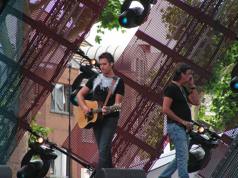 Het Volendamse zangduo Nick & Simon wordt bij onze noorderburen beschouwd als een groot, aanstormend talent. Benieuwd of ze ook de Vlaamse harten zullen veroveren met hun nieuwste single 'Lippen Op De Mijne'...
