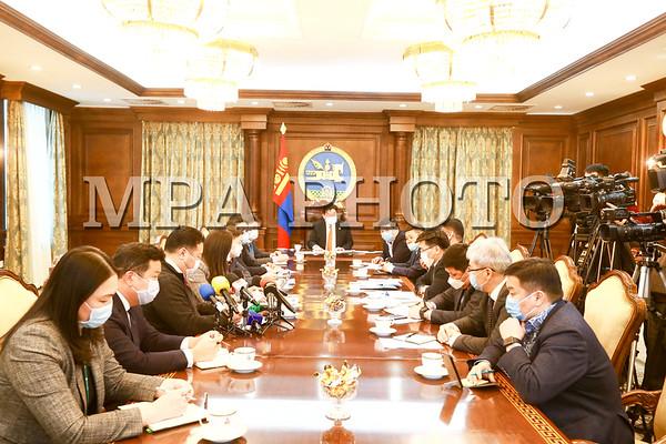 """УИХ-ын дарга Г.Занданшатар тэтгэврийн зээлтэглэхтэй холбоотой арилжааны банкуудын төлөөлөл, """"Эрдэнэс Монгол"""" компанийн удирдлагуудтай у"""