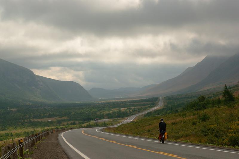 Cyclotouriste sur la route 431 - Tablelands, Parc national de Gros Morne, Terre-Neuve