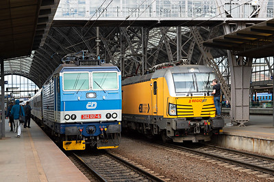 RegioJet Vectron Class 193-205 gets a screenwash as Class 362 017-6 departs Prague platform 2