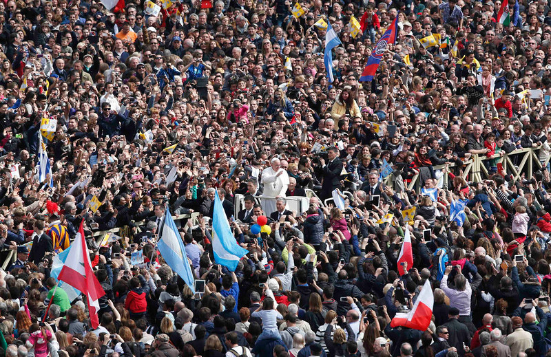 . Pope Francis waves as he leaves at the end of the Easter mass in St. Peter\'s Square at the Vatican March 31, 2013.      REUTERS/Alessandro Bianchi