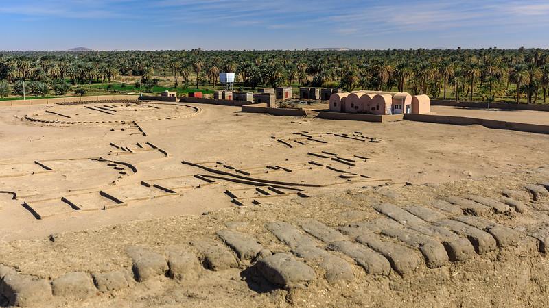 Blick von der Deffufa nach Nordosten Richtung der Tempelstätte Dukki Gel und der Palmen der Niloase, Kerma