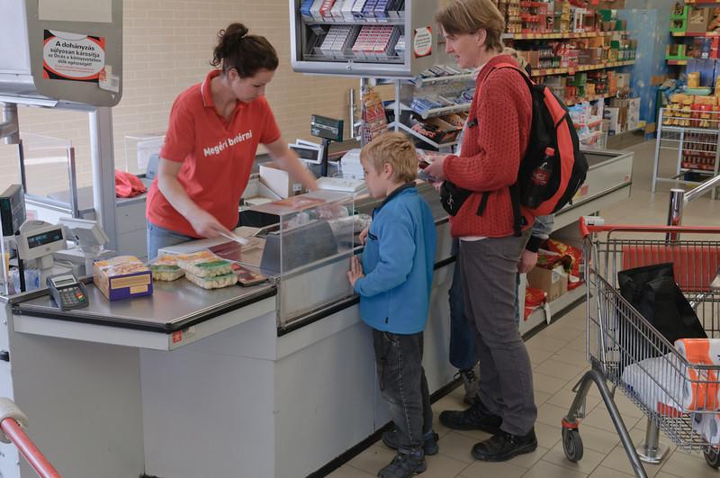 In einem Penny-Markt haben wir die letzten 3000 Forint (etwa 11 Euro) auf den Kopf gehauen. Unglaublich, was man dafür bekommt. In Norwegen hätten wir dafür nur eine Tafel Schokolade und ein Überraschungsei bekommen...