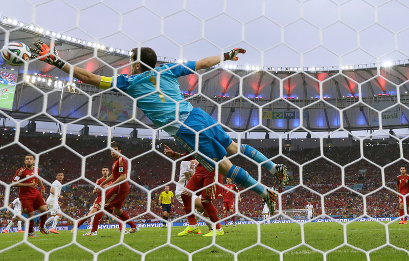 . Spain\'s goalkeeper Iker Casillas fails to make a save as Chile\'s Charles Aranguiz scores his side\'s 2nd goal during the group B World Cup soccer match between Spain and Chile at the Maracana Stadium in Rio de Janeiro, Brazil, Wednesday, June 18, 2014.  (AP Photo/Manu Fernandez)