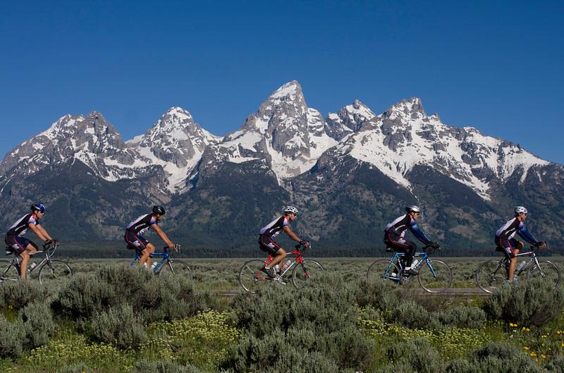 cyclists-tetons2.jpg