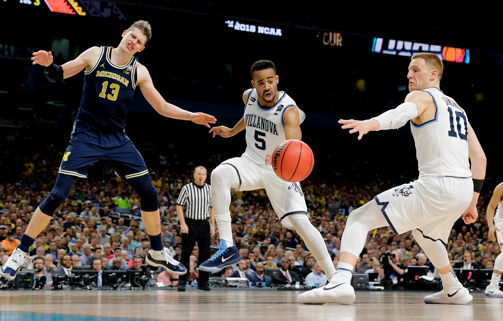. Villanova\'s Phil Booth (5) and Donte DiVincenzo (10) chase the loose ball as Michigan\'s Moritz Wagner (13) watches during the second half in the championship game of the Final Four NCAA college basketball tournament, Monday, April 2, 2018, in San Antonio. (AP Photo/Eric Gay)