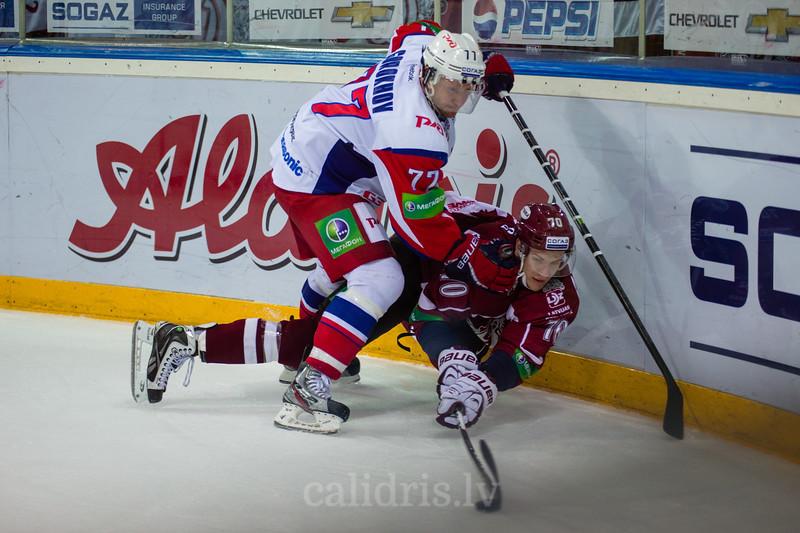Gorokhov Ilya (77) un Miks Indrašis (7) pie apmales cīnās par ripu