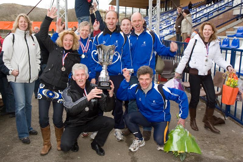 NK Veldloop voor Gemeenteambtenaren 2008. De huldiging van de winnaars bij de finish van de veldloop. De winnende gemeente 's-Gravenhage.