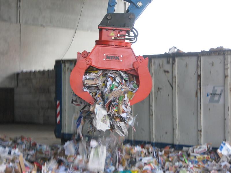 NPK DG-20 demolition grab sorting C&D waste.JPG