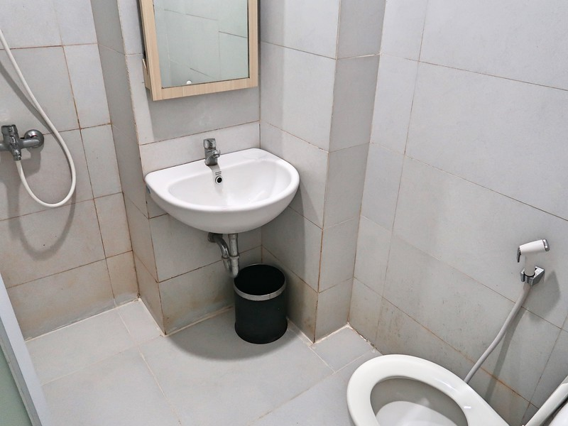 IMG_2751-reddoorz-bathroom.jpg