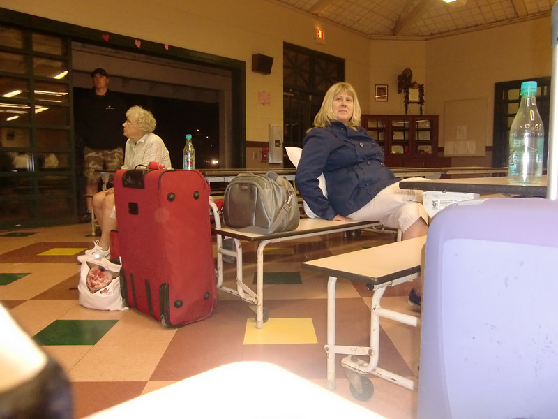 2-Første natt på Kauai-Gail på Kaapa skole under evakuering for tsunamien.JPG