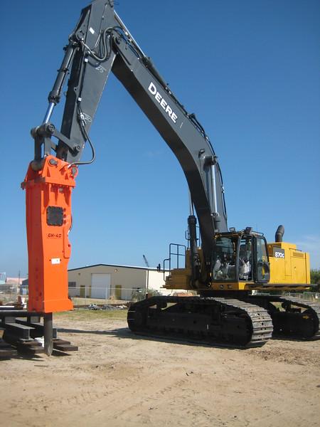 NPK GH40 hydraulic hammer on Deere 870G excavator (20).jpg