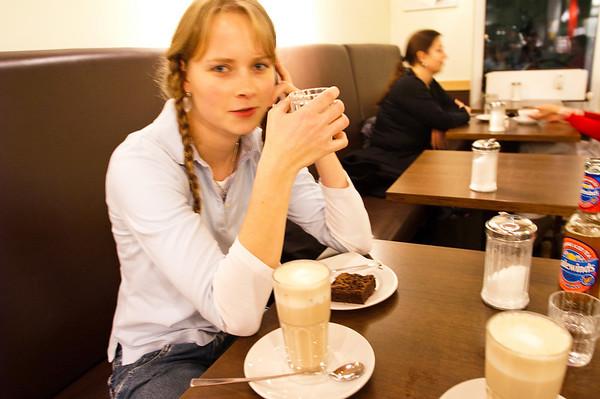 061123 mit Dina im Cafe