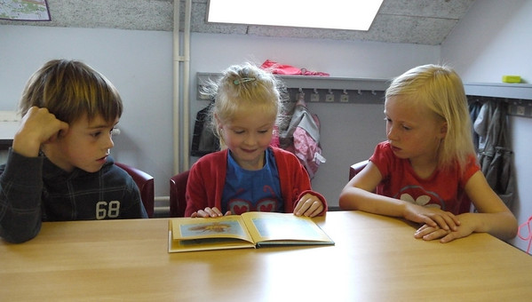Eerste leerjaar B leest voor groep 4