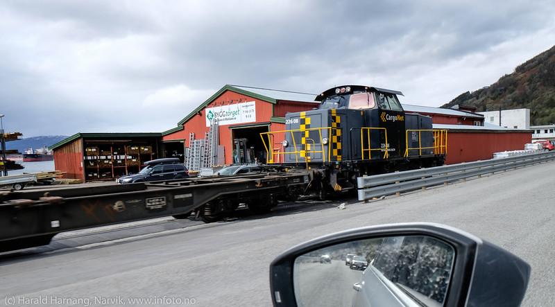 Jernbanetrafikk sperrer adgang til M&M på Fagenesveien.