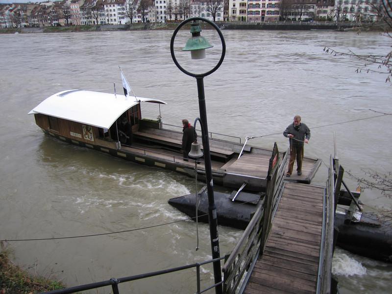 Het voetveer wordt aangedreven door de stroming van de Rijn
