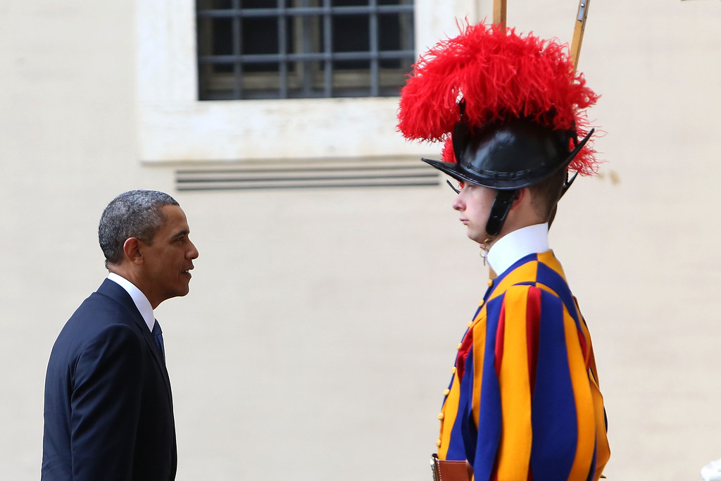 . US President Barack Obama arrives at the San Damaso courtyard in front of a Swiss Guard for a meeting with Pope Francis on March 27, 2014 in Vatican City, Vatican.  (Photo by Franco Origlia/Getty Images)
