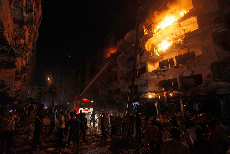 . Firefighters spray water to control a fire in a building after a bomb blast in a residential area in Karachi March 3, 2013. A bomb attack in a Shi\'ite Muslim area of Pakistan\'s commercial capital Karachi killed 25 people and wounded 50 on Sunday, the police said. REUTERS/Akhtar Soomro