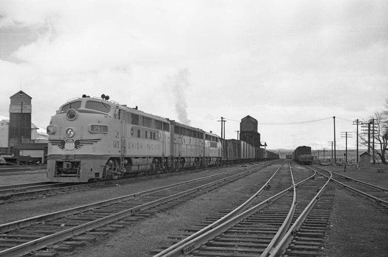 UP_F3_1415-with-train_Cache-Jct_Nov-27-1948_002_Emil-Albrecht-photo-0253-rescan.jpg