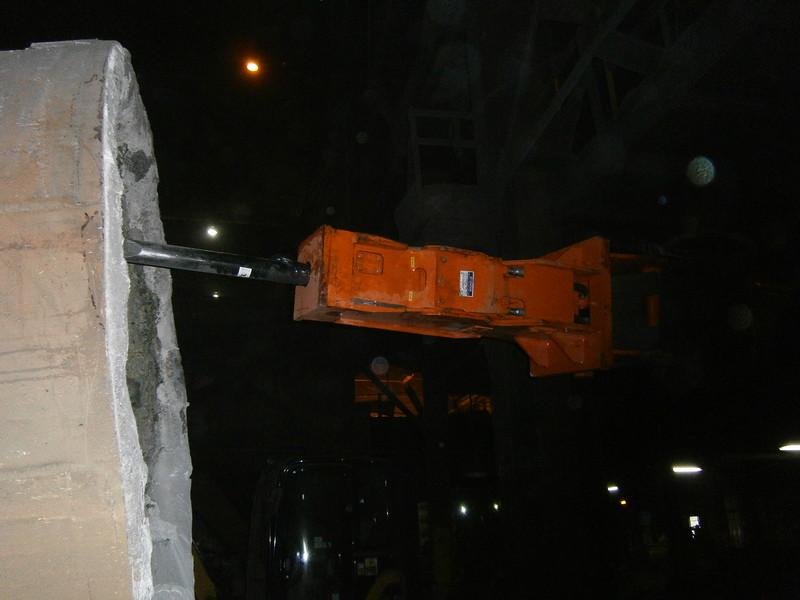 NPK GH4 hydraulic hammer deskulling slag pot in steel mill(33).JPG