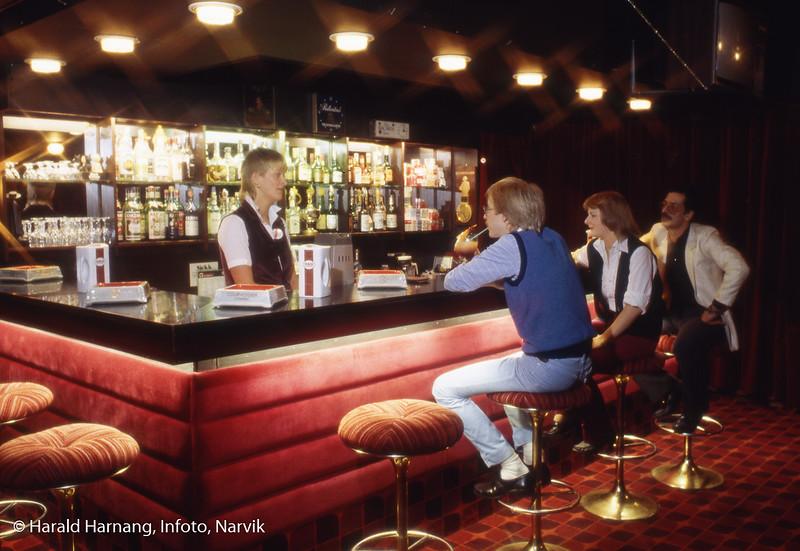 """I baren på Malmen. Fra til venstre Ivar Hoff. Bak til høyre """"Mottis"""". Bilde tatt trolig til brosjyre eller lignende."""