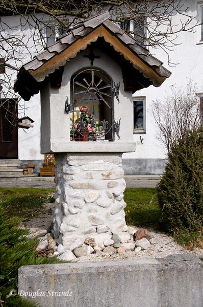 A shrine by a house at the Austrian lake