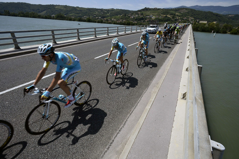 . Italy\'s Vincenzo Nibali (5thL) rides in the pack on a bridge behind his Kazakhstan\'s Astana teammates during the 197.5 km thirteenth stage of the 101st edition of the Tour de France cycling race on July 18, 2014 between Saint-Etienne and Chamrousse, central eastern France. (LIONEL BONAVENTURE/AFP/Getty Images)