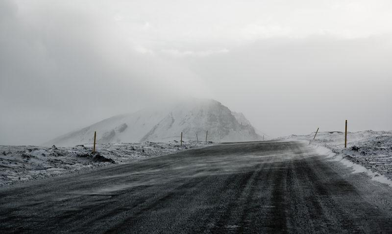 Vegurinn að Stíflunni, Fremri-Kárahnjúkar í bakgrunni.