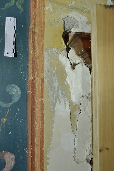 während Freilegung, herausgedrückte Stücke einer Gipseinputzung DSC_0373