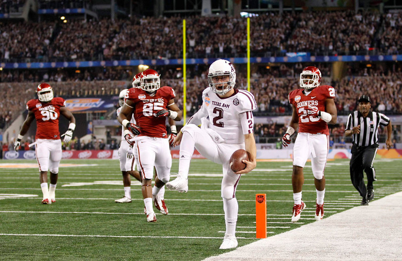 . Texas A&M quarterback Johnny Manziel (C) runs for a touchdown as University of Oklahoma defensive end Geneo Grissom (85) and linebacker Frank Shannon (2nd R) pursue during the first half of the Cotton Bowl Classic NCAA football game played at Cowboys Stadium in Arlington, Texas January 4, 2013. REUTERS/Mike Stone