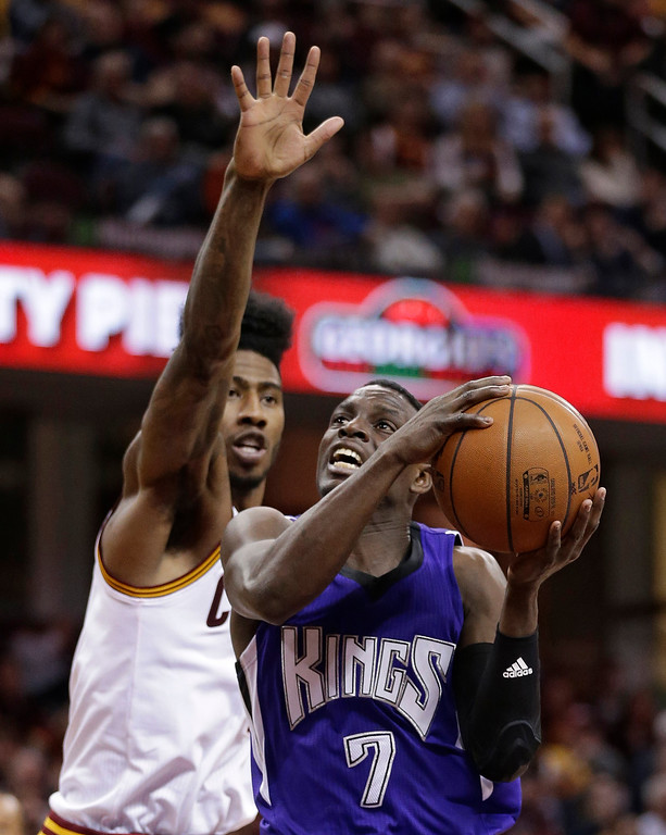 . Sacramento Kings\' Darren Collison (7) drives to the basket against Cleveland Cavaliers\' Iman Shumpert (4) in the second half of an NBA basketball game Monday, Feb. 8, 2016, in Cleveland. The Cavaliers won 120-100. (AP Photo/Tony Dejak)