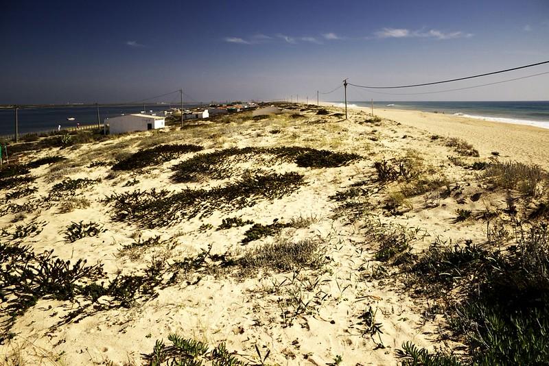 Tady je hezky vidět, jak fascinujícím místem Ilha de Faro je. Jde v podstatě o několik kilometrů dlouhou písečnou kosu, na jejíž jedné straně (vlevo) jsou mokřiny Rio Formosa, zatímco stranu druhou tvoří nekonečná pláž k otevřenému moři. Z tohohle místa je to na konec tohoto poloostrova něco kolem tří a půl kilometru. Pak následuje úzký přirozený průliv a následně (s několika dalšími přerušeními) vše v podobném duchu pokračuje coby několik dalších podobných ostrovů ještě asi šedesát kilometrů...