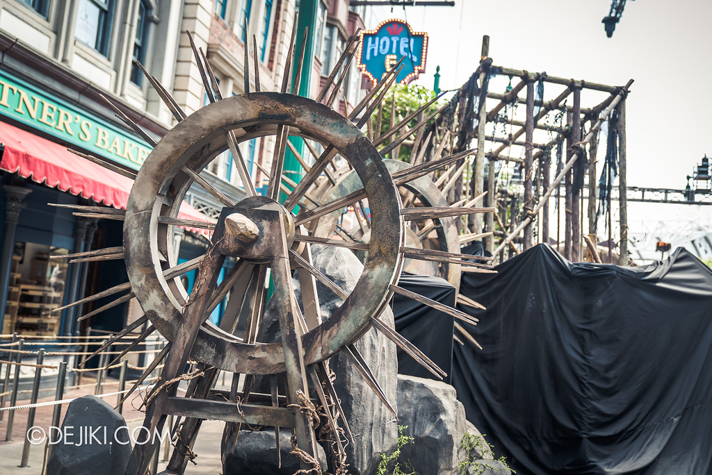 Halloween Horror Nights 7 Preview Construction Update Before Dark 4 - Spiked Wheels