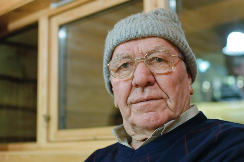 Opa Erich mit Leas Mütze. So kalt wie es aussieht war es in der Hütte aber nicht.