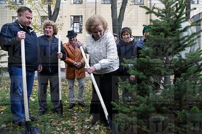 08.10.2018  Посадка деревьев  Хамдуной Тимергалиевой возле Филармонии (Салават Камалетдинов)