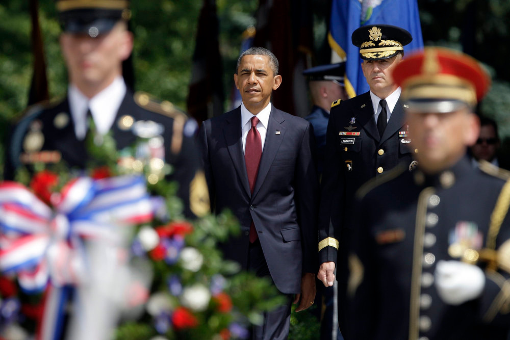 . U.S. President Barack Obama (C) arrives with U.S. Army General Michael Linnington, commander of the Military District of Washington, to lay a wreath at the Tomb of the Unknowns as a part of Memorial Day observances at Arlington National Cemetery in Arlington, Virginia, May 27, 2013. REUTERS/Jonathan Ernst