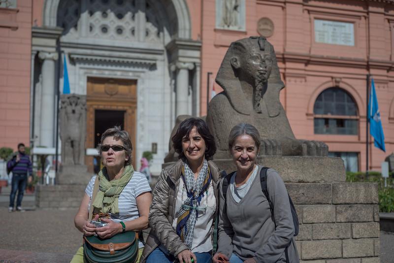 Maky Concha y Celia en la puerta del Museo del Cairo