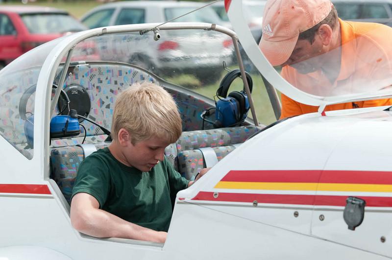 Am Wochenende war auf dem Segelflugplatz Grube offener Tag. Da musste Oskar natürlich hin. Er will ja Pilot werden.