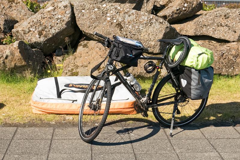 Direkt am Flughafen in Reykjavik wird das Fahrrad wieder aufgebaut. Bis auf das Vorderlicht hat es die Reise gut überstanden. Die Fahrradtasche bleibt zusammen mit Rucksack und etwas sauberer Wäsche bei der Gepäckaufbewahrung am Flughafen.
