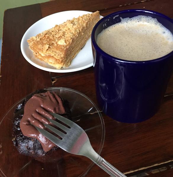 Milhojas and chocolate cakes and café